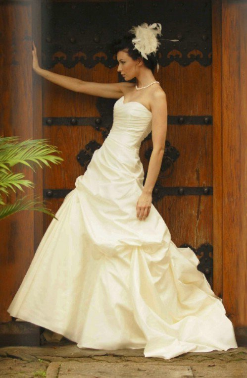 augusta jones bobbi 10 gorgeous strapless wedding gowns 499x763