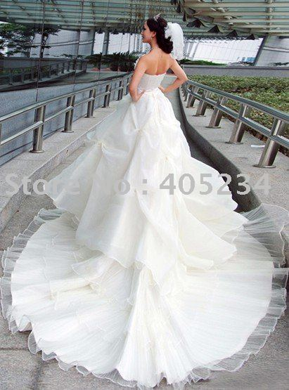 Luxurious wedding gown Big train sleeveless white color long tail wedding dress long trailing wedding dress